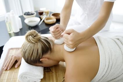 Kräuterstempel Massage Rücken
